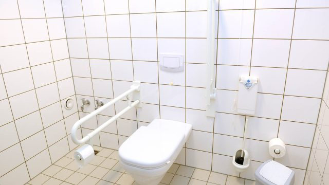 Schaffung eines Behinderten-WC nach DIN 18040-1