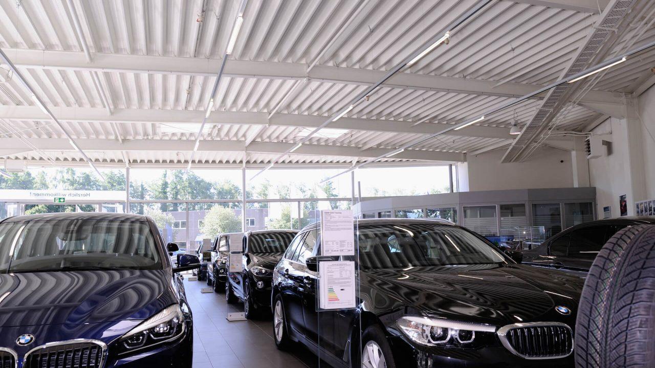 Installation von Lichtbändern in einem Autohaus